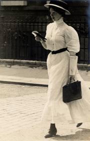 Lady-reading-while-walking
